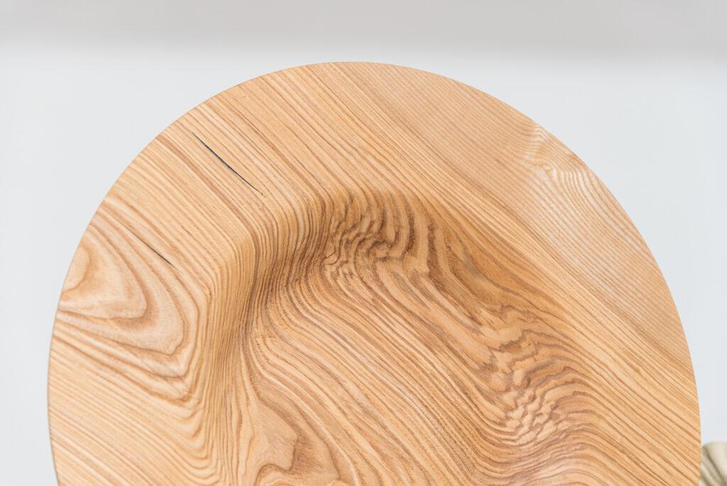 Talerz toczony z drewna jesionu - detal 2