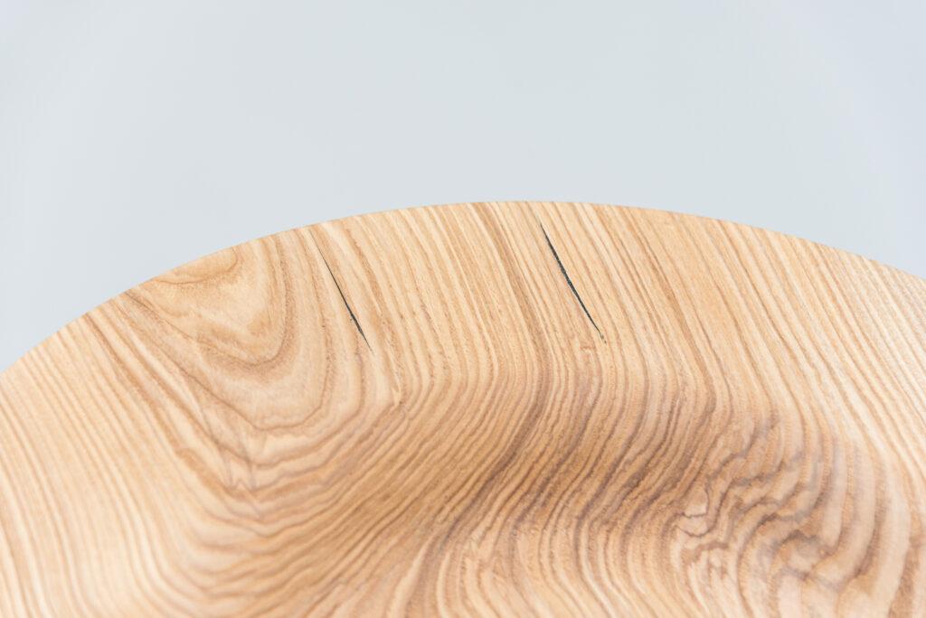 Talerz toczony z drewna jesionu - detal 1